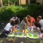 Twister. Spelenderwijs onthouden de kinderen beter de kleuren.